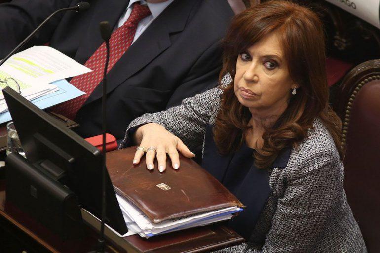 Cristina vela las armas
